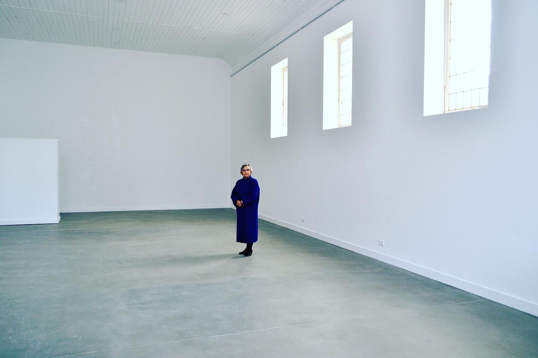Anne Mie Emons in haar lege galerie O-68